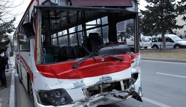 Bakıda avtobus evakuatorla toqquşdu