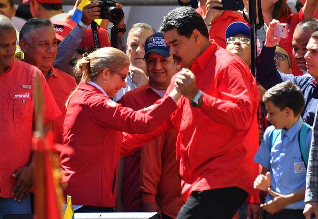 Maduro arvadı ilə mitinqdə rəqs etdi
