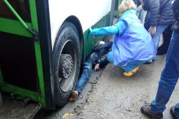 Bakıda piyada avtobusun altına yıxıldı