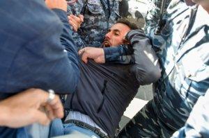 Yerevanda polis nazirlikləri blokadaya almış nümayişçilərə hücum etdi