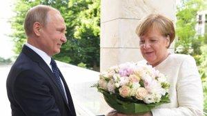 """Bild"": Putin Merkeli təhqir etdi"