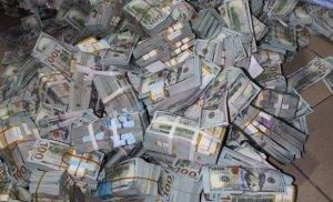 Korrupsionerin evindən çıxan pulları saymaqla bitmir