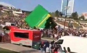 Heydər Əliyev Mərkəzinin qarşısında hava şarı uşaqların üstünə aşdı