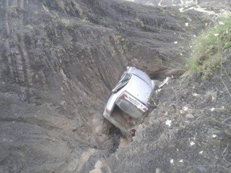 """Güclü sel Quba-Xınalıq yolunda """"Mercedes""""i 30-40 metrlik dərəyə aşırdı"""