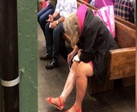 Qadın metroda ayaqlarını qırxdı