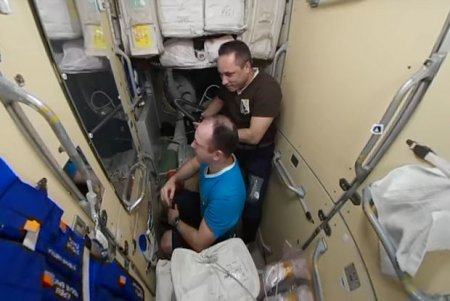 Kosmosda saç necə qırxılır?