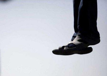 Sumqayıtda 26 yaşlı oğlan parkda özünü asıb