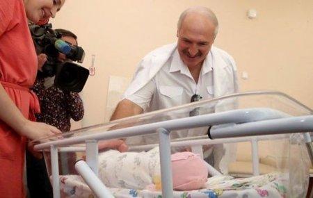Lukaşenko gənc analara vəzifə təyin etdi: ən azı 3 uşaq