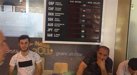 """Türkiyədə """"qara cümə"""": dollar rekord dalınca rekord vurdu"""