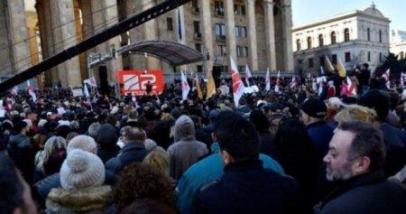 Tbilisidə parlament binası önündə etiraz aksiyası