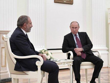 Putinin protokolu Paşinyanı kobudcasına dayandırdı