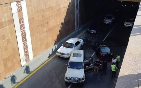 Bakıda avtomobil körpüdən tunelə aşdı