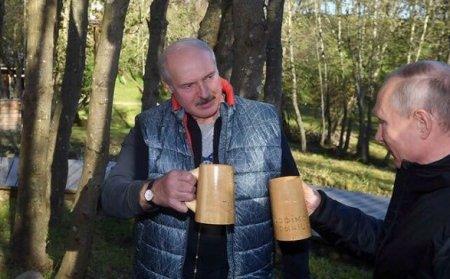 Lukaşenko Putini öz kiçik vətəninə apardı və milli içkiyə qonaq etdi