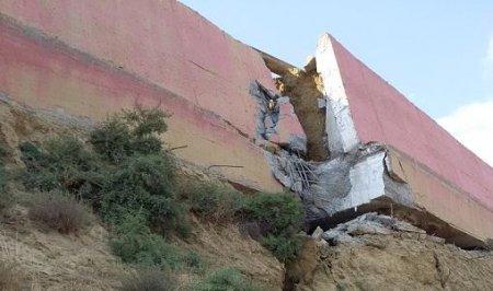 Badamdarda evlərin hasarlarının təxminən 30 metr hissəsi uçdu