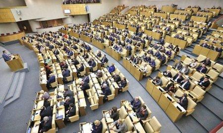 Rusiyalı deputat barmağını həmkarının qulağına saldı