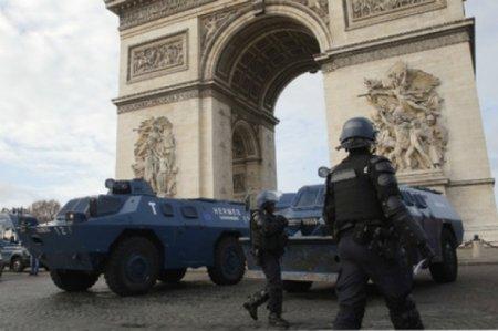 Etirazların bürüdüyü Parisə zirehli texnika yeridildi