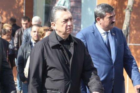 """Bakının Atatürk parkında: Eldar Əzizov tapşırdı, """"it damına"""" oxşayanlar söküldü..."""