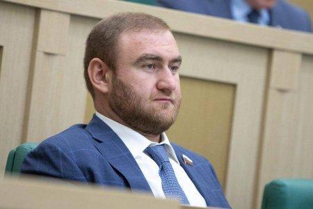 Senator Rauf Araşukov iclas zalında yaxalandı