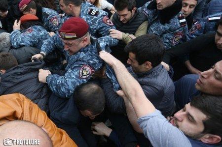 Yerevanda aksiya iştirakçılarını döyən polis işdən qovuldu