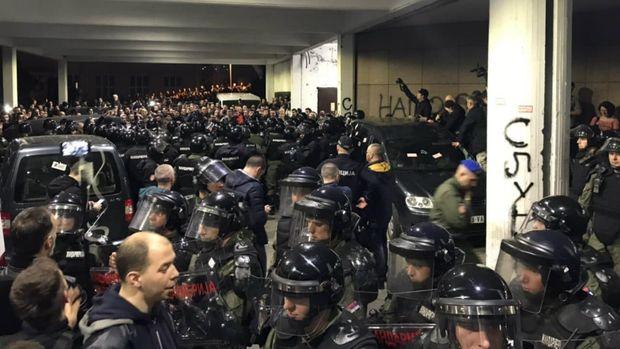 Belqradda gərgin anlar: prezidentin iqamətgahı mühasirəyə alındı