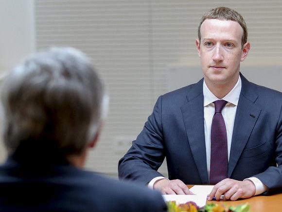"""Zukerberqi """"Facebook""""dan uzaqlaşdırmaq istəyirlər"""